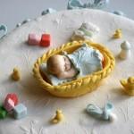 דמות של תינוק מפוסל מבצק סוכר
