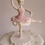 עוגה מעוצבת מבצק סוכר - בלרינה