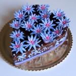 עוגת שוקולד עם פרחים מבצק סוכר