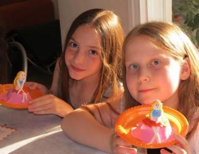 סדנת פיסול ילדה יושבת על העוגה (גילאי 10)