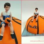 עוגת בר מצווה עם דמות של ילד שמשחק בכדורסל