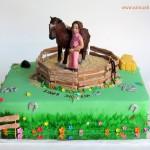 עוגת בת מצווה עם סוס ודמות של ילדה מבצק סוכר