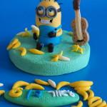 מיניון מבצק סוכר להניח על העוגה