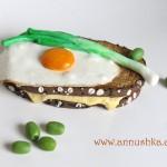 סאנדביץ' עם ביצת עין ובצל ירוק