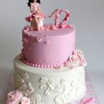 עוגת בת מצווה עם דמות מפוסלת של ילדת יום ההולדת