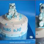 עוגת מעוצבת בבצק סוכר עם דמות של דובי